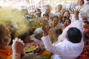 Amma at Holi Festival 01