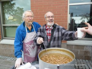 amma volunteers serving food to the needy