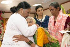 amma greeting devotees in mumbai